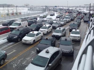 的士司机抗议活动升级 开始围攻机场!