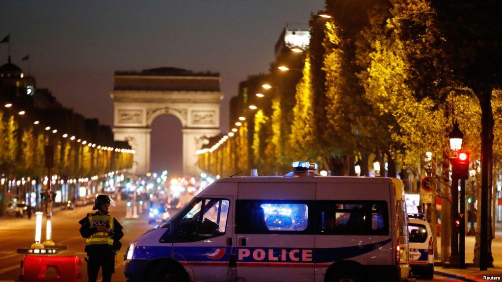 在巴黎发生枪击事件,导致一名警察丧生,另外两人受伤后,警方把香榭丽舍大街保护起来(2017年4月20日)